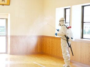 室内の除菌抗菌剤を空間噴霧している様子