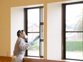 窓サッシを拭き上げしている様子